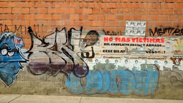 Meksikada polis ve politikacilarin oldurdugu 43 ogrenciyle ilgili duvar yazilarini buralarda da gormek mumkun